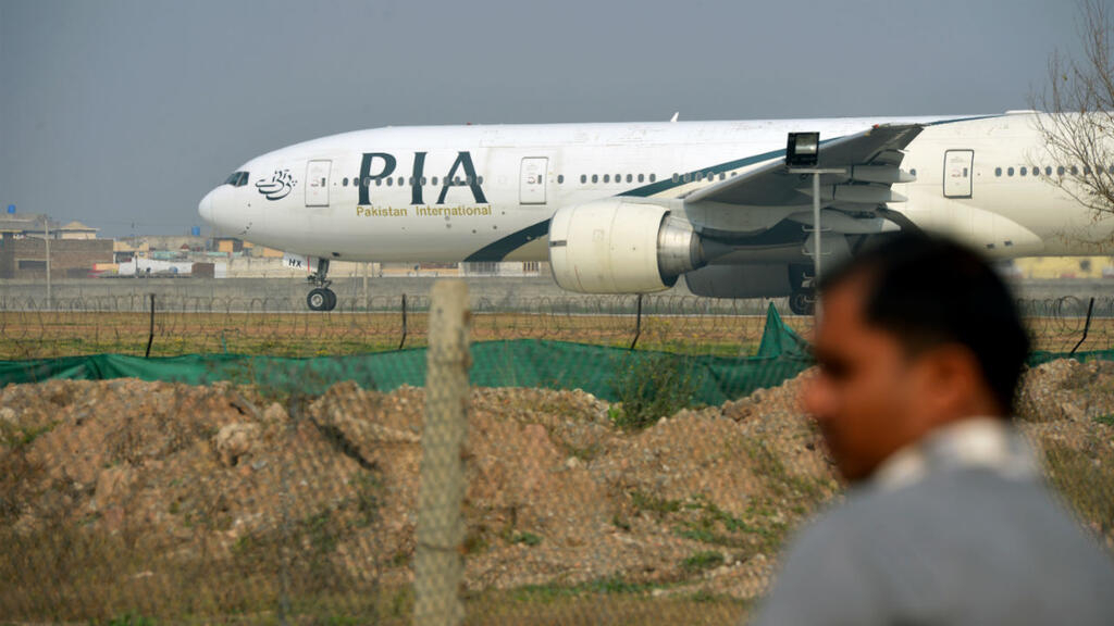 Pakistan : un avion de ligne avec plus de 100 personnes à son bord s'écrase à Karachi