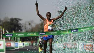 Le Kényan Paul Lonyangata passe la ligne d'arrivée du marathon de Paris, le 8 avril 2018.