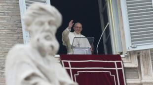 Papa Francisco saluda con la mano durante su oración dominical del Ángelus en la plaza de San Pedro en el Vaticano el 31 de diciembre de 2017.