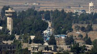 Buses en Quneitra en el lado sirio de la frontera siria con Israel, como se ve desde los Altos del Golán ocupados por Israel, Israel 21 de julio de 2018.