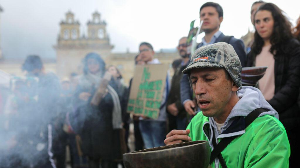 El músico Héctor Buitrago participa en un mitin de Global Climate Strike en Bogotá, Colombia, el 20 de septiembre de 2019.