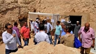 صحافيون وأعضاء فريق التنقيب عن الآثار في موقع العثور على مقبرة فرعونية قرب الأقصر في 18 نيسان/أبريل 2017