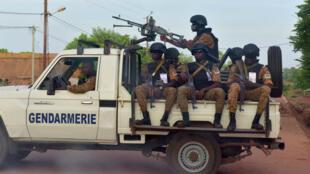 Des officiers burkinabè circulant dans la ville de Ouhigouya, dans le nord du pays, le 30octobre2018.