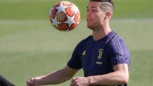 L'attaquant vedete de la Juventus Cristiano Ronaldo jongle avec le ballon lors d'une séance d'entraînement, le 15 avril 2019 à Turin