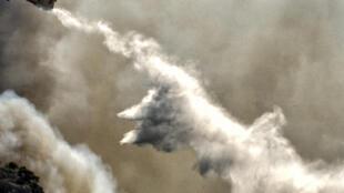 طائرة إطفاء حاول إخماد حريق في منطقة حرجية قرب قرية كيخرييس في منطقة كورنثوس اليونانية في 22 تموز/يوليو 2020.