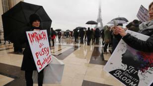 Une centaine de personnes se sont rassemblées à proximité du Trocadera, à Paris, pour revendiquer l'égalité entre les hommes et les femmes.