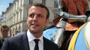 Le ministre Emmanuel Macron à Orléans, lors des 587es fêtes johanniques, dimanche 8 mai.