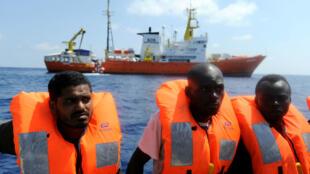 Foto de archivo de inmigrantes rescatados por la organización SOS Méditerranée y Médicos Sin Fronteras en el Mediterráneo, frente a las costas de Libia. 10 de agosto de 2018.