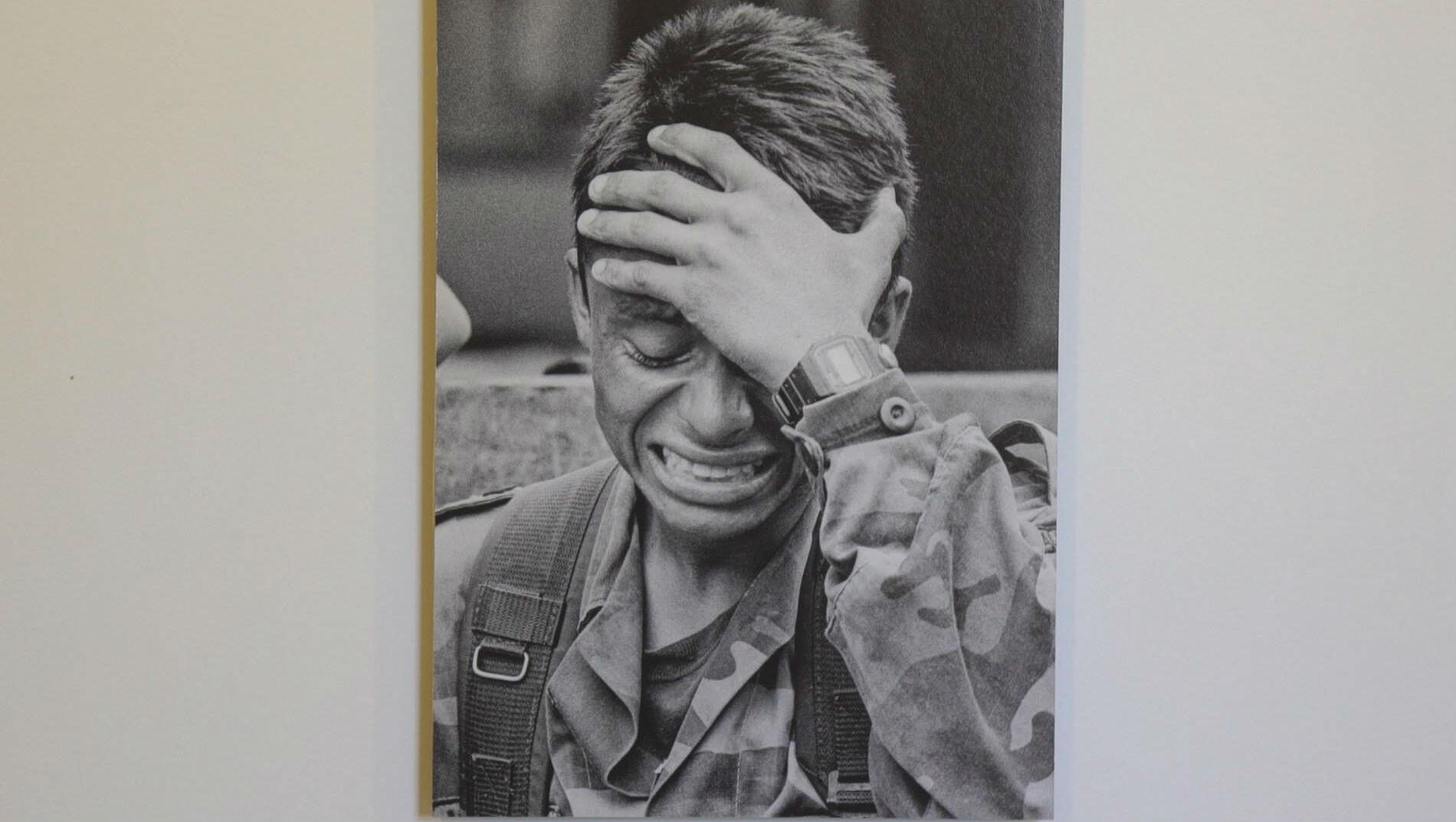 Foto tomada de la galeria de Jesús Abad, tomada a un soldado colombiano al que le acaban de matar su hermana menor.