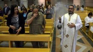 أقباط يصلون داخل إحدى كنائس القاهرة في 23 نيسان/أبريل 2017