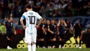Lionel Messi, capitán de la selección Argentina, observa impotente la celebración de los jugadores de Croacia que golearon hoy por 3-0 a la albiceleste y clasificaron a octavos de final del Mundial de Rusia 2018.