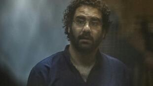 الناشط المصري علاء عبد الفتاح خلال احدى جلسات محاكمته في القاهرة في 23 ايار/مايو 2015.