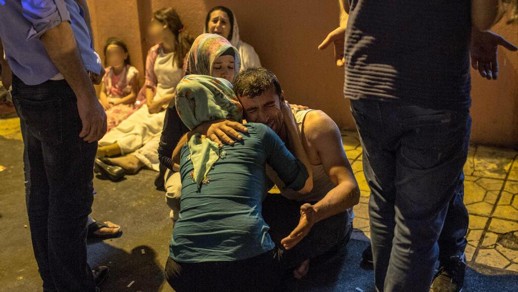 Des proches de victimes dans un hôpital après l'attentat de Gaziantep, samedi 20 août 2016.