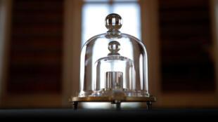 Le kilogramme étalon est protégé par trois cloches en verre pour réduire au maximum son exposition.