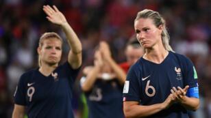 La capitaine Amandine Henry et Eugénie LeSommer, au coup de sifflet final lors du quart de finale contre les États-Unis.