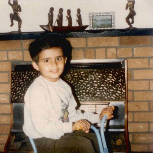Ashish enfant, dans sa maison de Leicester au Royaume-Uni, où sa famille avait trouvé refuge après avoir été chassée d'Ouganda.