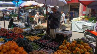 متسوقون في سوق الصدريه في بغداد المعروف بالخضار والفاكهة الطازجة في 9 تموز/يوليو 2020.