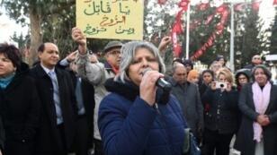 """بسمة خلفاوي أرملة شكري بلعيد خلال تظاهرة للمطالبة بكشف """"الحقيقة"""" بشأن اغتياله"""