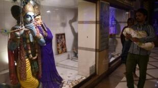 باكستانيون هندوس يزورون معبدا في كراتشي في 24 تشرين الثاني/نوفمبر 2016