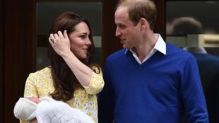 دوقة كامبريدج كايت ميدلتون تحمل المولودة وبجانبها زوجها الأمير ويليام