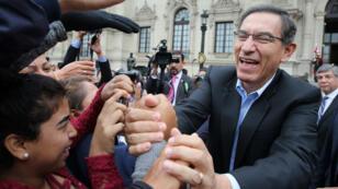 El presidente peruano, Martín Vizcarra, saluda a un grupo de comerciantes que fueron invitados al Palacio de Gobierno en Lima, Perú, el 30 de mayo de 2019.