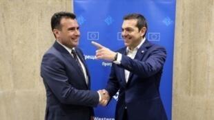 رئيسا الحكومتين المقدونية زوران زايف (يسار) واليونانية ألكسيس تسيبراس في صوفيا في 17 يار/مايو 2018