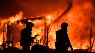 Bomberos intentan apagar las llamas en una casa situada en la región vinícola de Napa, en el norte de California.