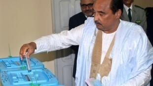 الرئيس محمد ولد عبد العزيز يدلي بصوته في الانتخابات التشريعية والجهوية والبلدية في الأول من أيلول/سبتمبر 2018 بنواكشوط.