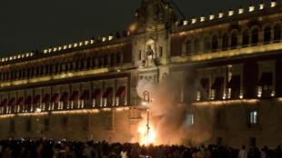 Des manifestants mettent le feu à la porte du palais présidentiel à Mexico, le 8 novembre 2014.