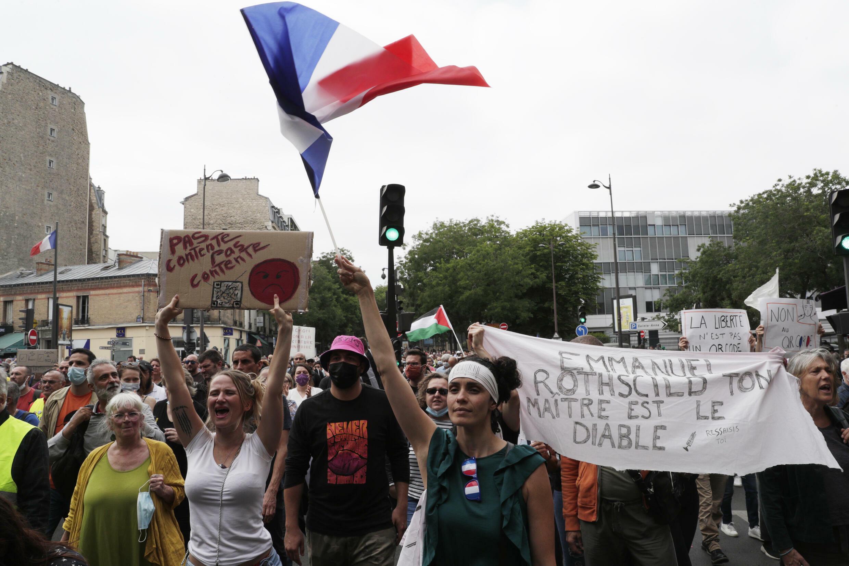 Plusieurs dizaines de milliers de personnes manifestent le 17 juillet 2021 à travers la France, de Marseille à Lille et de Montpellier à Paris, contre la vaccination anti-Covid et le pass sanitaire