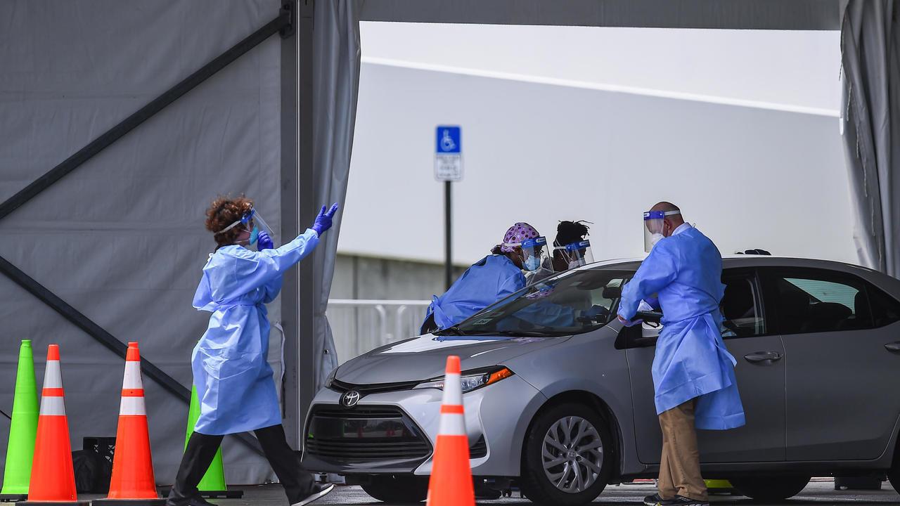 فريق طبي يجري فحوصا للكشف عن إصابات بفيروس كورونا، في ملعب قرب ميامي في 5 أغسطس/آب 2020.