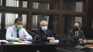 El expresidente guatemalteco encarcelado Otto Pérez Molina (C), asiste a una audiencia en Ciudad de Guatemala el 12 de mayo de 2020