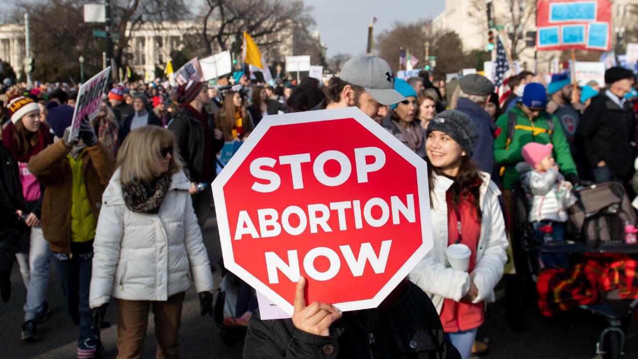 """En esta foto de archivo tomada el 18 de enero de 2019, activistas contra el aborto participan en la """"Marcha por la Vida"""", un evento anual para conmemorar el aniversario del caso de la Corte Suprema de 1973 Roe v. Wade, que legalizó el aborto en EE.UU."""