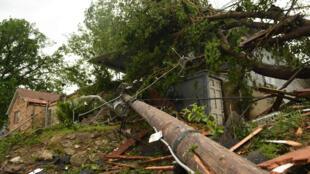 Un árbol cayó en el techo de una casa en Jefferson City, capital del estado de Misuri, en Estados Unidos. 23 de mayo de 2019.