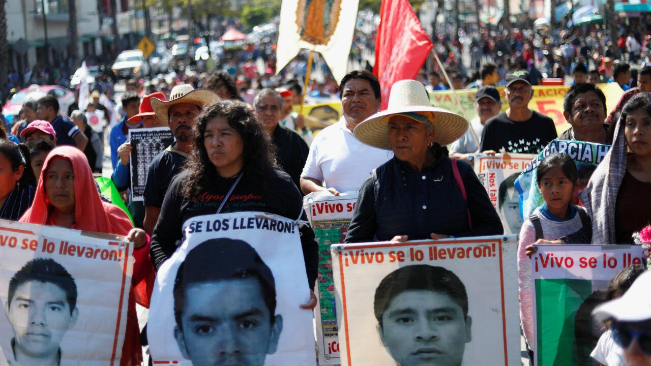 Familiares de los estudiantes desaparecidos sostienen carteles con imágenes de los 43 jóvenes de Ayotzinapa en el estado de Guerrero. Ciudad de México, México, el 26 de diciembre de 2019.