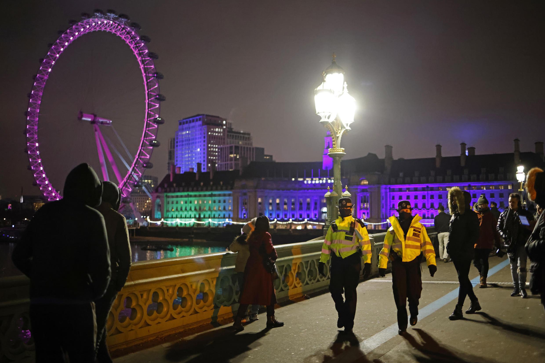 La police disperse les rares personnes venues passés le réveillon sur le pont Westminster, à Londres.
