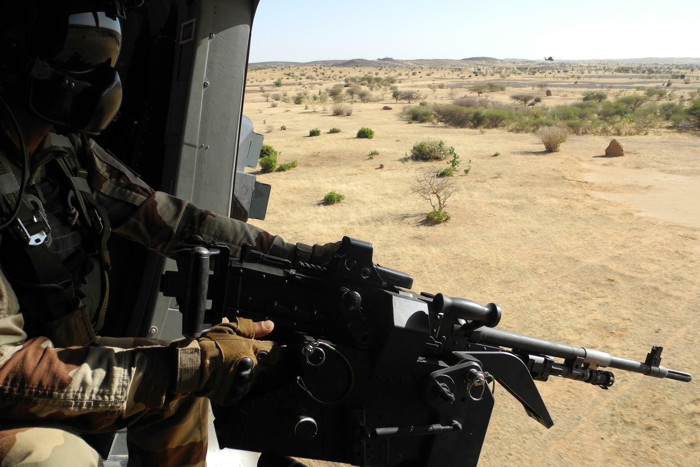 جندي فرنسي من قوة برخان أثناء عملية في مالي قرب الحدود مع بوركينا فاسو في تشرين الثاني/نوفمبر 2017