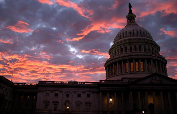 El sol se pone detrás de la cúpula del Capitolio de los EE. UU. En Washington, EE. UU., El día de las elecciones parciales, 6 de noviembre de 2018.