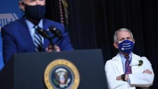 الرئيس الأميركي جو بايدن (يمين) ومستشاره الطبي انطوني فاوتشي في المعاهد الوطنية للصحة في ماريلاند في 11 شباط/فبراير 2021.