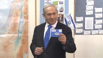 Benjamin Netanyahou dans son bureau de vote, mardi matin, à Rehavia, quartier de Jérusalem où se trouve sa résidence officielle. (Crédits photo : capture d'écran/FRANCE 24)