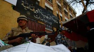 Un soldado egipcio afuera de un colegio electoral durante el primer día de las elecciones presidenciales en El Cairo, Egipto, el 26 de marzo de 2018