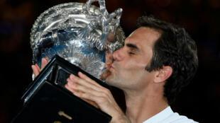 Le tennisman suisse Roger Federer embrasse le trophée de l'Open d'Australie dimanche 28 janvier 2018.