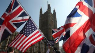Manifestantes a favor del Brexit desfilan frente al Parlamento en el centro de Londres, Reino Unido, el 29 de marzo de 2019.