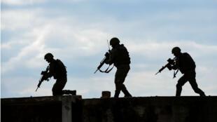 Des soldats de la force armée multinationale mise en œuvre par l'OTAN au Kosovo, en octobre 2016.