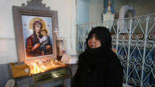 Une femme  assiste à une messe le 18 décembre 2015 dans la ville syrienne de Sadad, menacée par l'EI.