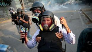 El periodista Gregory Jaimes, del canal VPI, es auxiliado por sus colegas tras ser herido por un perdigón durante una manifestación antigubernamental en Caracas, Venezuela el 1 de mayo de 2019. El periodista se recuperó de sus heridas.