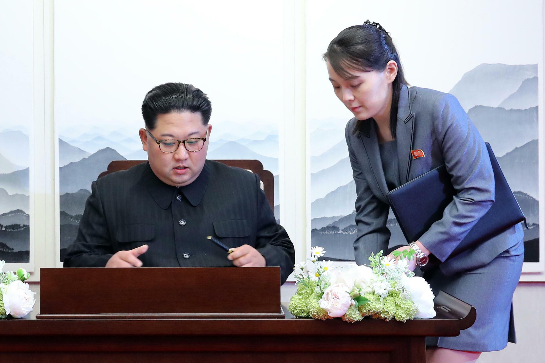 الزعيم الكوري الشمالي كيم جونغ أون يوقع على سجل الضيوف إلى جانب شقيقته كيم يو جونغ خلال قمة بين الكوريتين في قرية بانموجوم المنزوعة السلاح في 27 نيسان/أبريل 2018