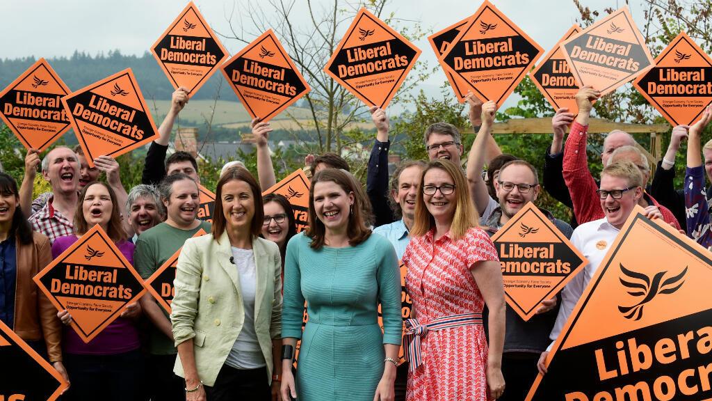 La electa diputada Jane Dodds celebra tras ganar la elección parcial de Brecon y Radnorshire con el líder demócrata liberal Jo Swinson y Kirsty Williams en Brecon, Gales, el 2 de agosto de 2019.
