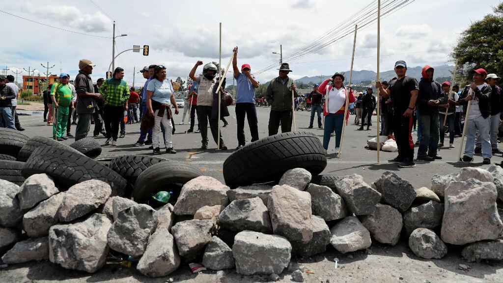 Indígenas protestan este sábado contra las medidas del presidente Lenín Moreno, en las afueras de la ciudad de Latacunga, al sur de Quito (Ecuador).