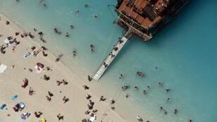 Touristes sur une plage de Zakynthos, une des îles ioniennes.